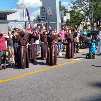 Frades Franciscanos do Seminário e do Santuário Frei Galvao em oração pelos doentes