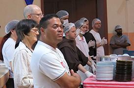 Frades almoçam com a população de rua neste domingo