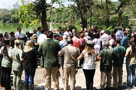 Frades fazem apelo pela paz no Zoológico de São Paulo