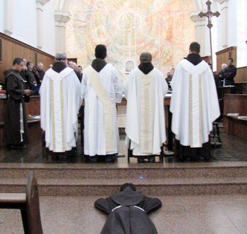 """Quatro jovens """"batem à porta"""" da Ordem Franciscana"""