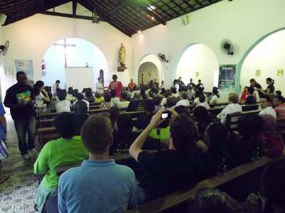 Franciscanos realizam caminhada por justiça ambiental na Rocinha