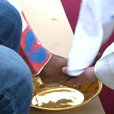 Papa lava os pés de refugiados: filhos do mesmo Pai!