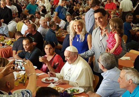 De surpresa, Papa janta com os pobres no Vaticano