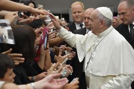 """Papa: """"Vamos pegar na mão de Jesus e deixar que nos levante"""""""