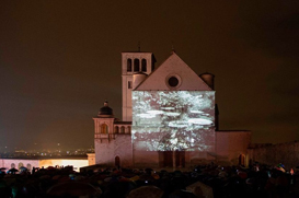 Milhares de pessoas contemplam imagens da Amazônia projetadas na Basílica de São Francisco