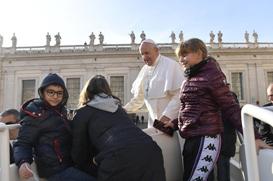 Papa denuncia a hipocrisia de falar de paz e construir armas