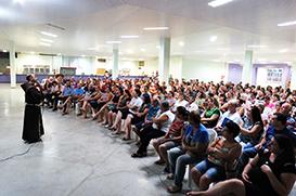 Missões: Frei Diego emociona as famílias em encontro
