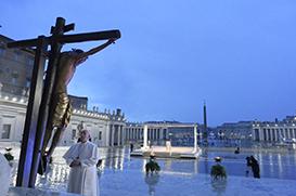 O Crucifixo banhado pelas lágrimas do Céu, o Papa sozinho na praça