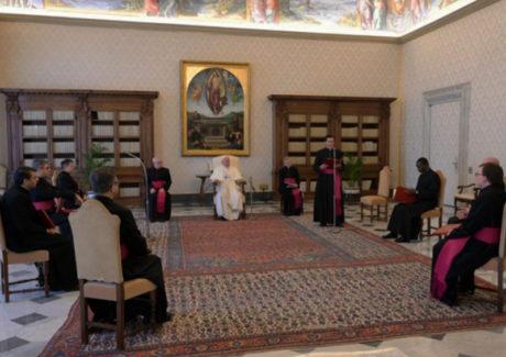 """Papa ensina: """"Crucifixo e Evangelho. A liturgia doméstica será essa."""""""