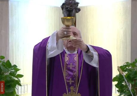 Papa reza pelos que ajudam a resolver pobreza e fome causadas pelo Covid-19