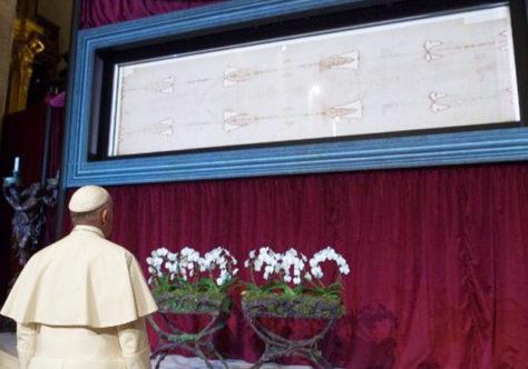 Papa e fiéis do mundo inteiro suplicam o fim da pandemia diante do Santo Sudário