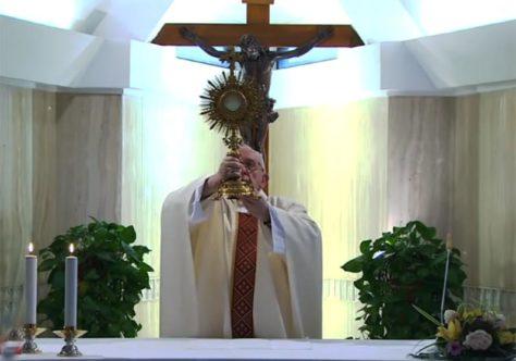 O Papa reza pelos desempregados. O Espírito faz a compreensão da fé crescer.