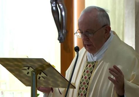 Papa reza pelos responsáveis pela limpeza. Somente em Deus Pai somos irmãos.