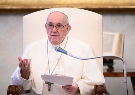 """Papa: a intercessão é própria dos Santos que são """"pontes"""" entre Deus e o seu povo"""