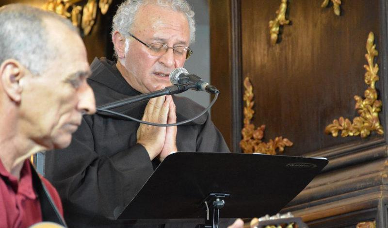 Em noite especial, Frei Paulo César canta e encanta fiéis