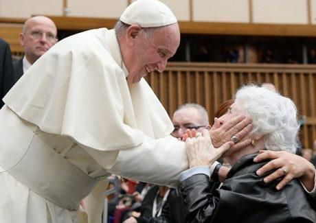 """Papa pede """"gesto de ternura"""" dos jovens para com os avós"""