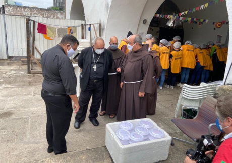 D. Orani conhece a Tenda Franciscana no Largo da Carioca