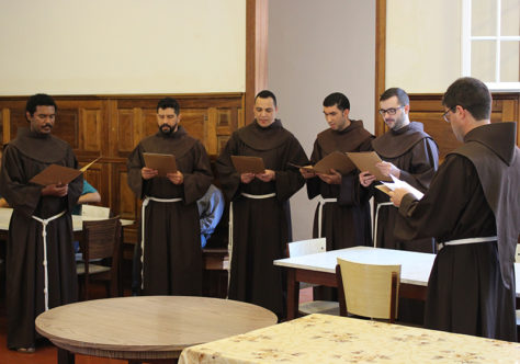 Pedido à Fraternidade dá início ao rito da Profissão Solene de cinco jovens da Província