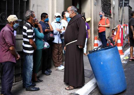 Franciscanos registram aumento de demanda na fila da fome