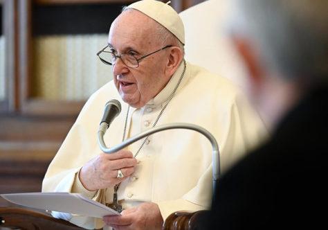 """Papa: """"O hábito da fé não é engomado; desenvolve-se conosco"""""""