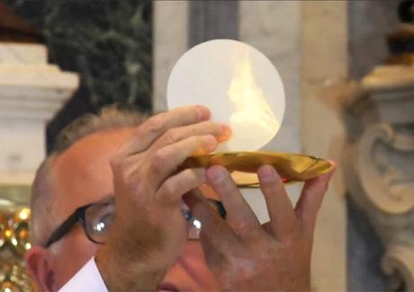 """Pe. Mukabi: """"Nossos corações têm que arder quando encontramos Jesus"""""""