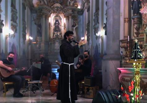 Frei Florival comanda a 'Live' Mariana no Convento São Francisco
