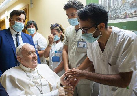 Papa continua internado para a reabilitação. Durante a doença, abrir-se com ternura ao irmão.