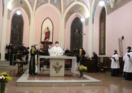 """""""Francisco hoje chora as Chagas de Cristo nas chagas do povo e de toda a Criação"""""""