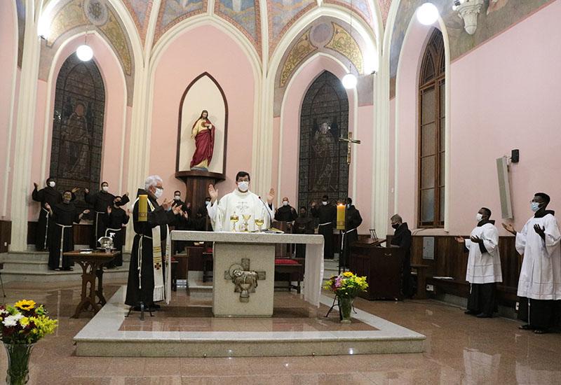 """[""""Francisco hoje chora as Chagas de Cristo nas chagas do povo e de toda a Criação""""]"""