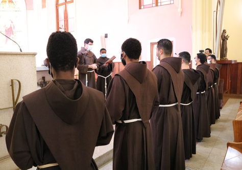 """""""Manter vivo o diálogo com Deus"""": Frades do tempo da Teologia recebem o Leitorado"""